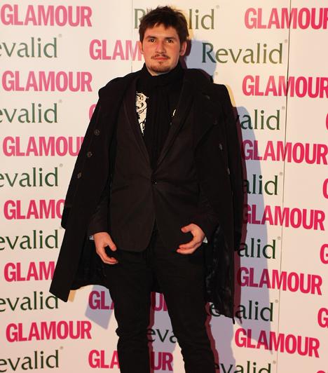 Palcsó TamásEredetileg repülőgép-műszerésznek tanult, később gitártanára fedezte fel énekesi tehetségét. A Megasztár 2 második helyezettje lett 2004-ben, két albumot adott ki, 2006-ban pedig őt választották meg az év férfi előadójának.