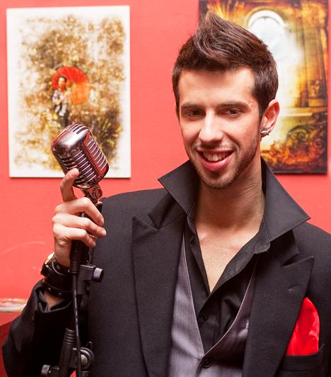 Varga Viktor  Habár Varga Viktor az első középdöntőben kiesett a Csillag Születik 2-ből, a Sony Music szerződést ajánlott neki. Első videoklipje 2010 márciusában debütált Lehet zöld az ég címmel, amelyet Los Angelesben és Las Vegasban forgattak.