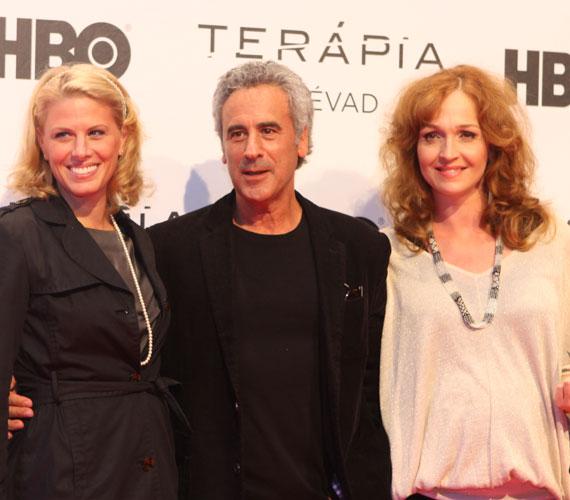 Még a ritkán látott Kepes András író, műsorvezető is megjelent a Terápia díszbemutatóján - a képen Oroszlán Szonjával és a Horváth Lilivel.