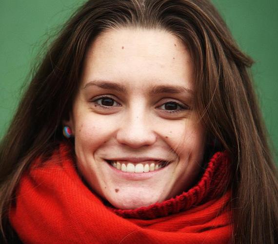 Szerdánként Zsófi érkezik terápiára, akinek a szerepében a fiatal Sztarenki Dóra látható. Az In Treatmentben a mára világhírű Mia Wasikowska alakított a lányt.