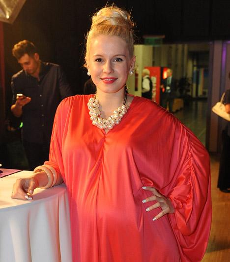 Marge  A fiatal énekesnő, Batta Zsuzsanna, aki az Eurovíziós Dalfesztivál hazai válogatójának, A Dalnak a középdöntőjéig jutott, január közepén fedte fel, hogy hat hónapos terhes. Kisfia áprilisban született meg.  Kapcsolódó cikk: Már a 6. hónapban van A Dal elődöntőse »
