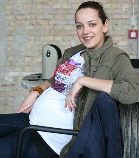 Kondákor ZsófiaA Jóban Rosszban színésznője is januárban közölte, hogy két év után távozik a sorozatból, mert babát vár kollégájától, Kembe Soreltől. Katja június 21-én jött világra.Kapcsolódó cikk:Hatalmas pocakkal is partizott a magyar színésznő »
