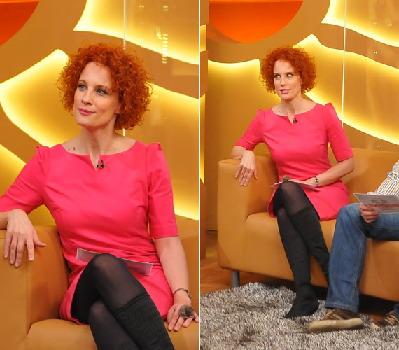 Ebben a feltűnő, pink ruhában szintén a lábára terelődött a hangsúly.