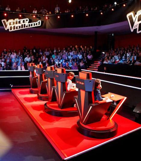 A mesterek  A Voice az a show-műsor, ahol nem zsűritagok, hanem úgynevezett coachok, azaz felkészítők ülnek a négy bíráló helyén. Ezek a felkészítők, mesterek háttal helyezkednek el a színpadnak, így nem is látják az énekest, csupán a hangját hallják. Akkor fordulnak meg, amikor megtetszik nekik a hang, és megnyomják a gombot.