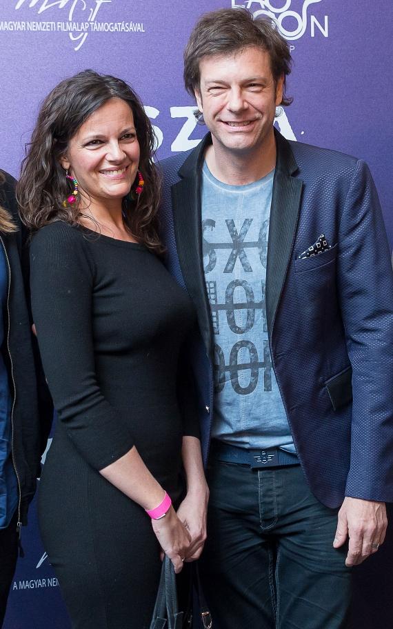 Till Attila 18 évvel ezelőtt vette feleségül Krisztinát, három fiuk született. A TV2 műsorvezetője sok mindent imád a nejében, többek között azt, hogy bármiről, bármikor tud vele beszélgetni.