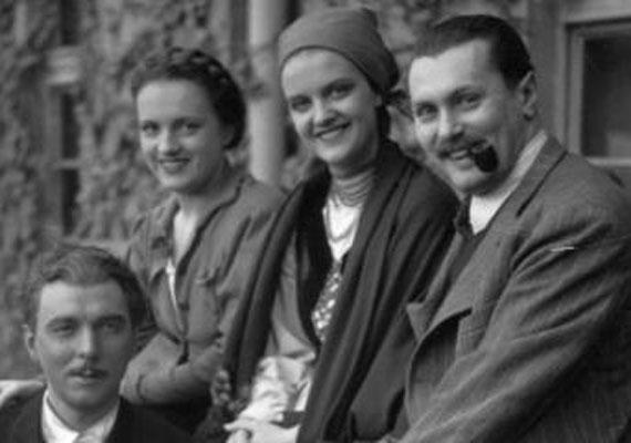 Tolnay Klári első férjével, Ráthonyi Ákos operatőrrel (jobbra) 1936-ban házasodott össze,1940-ben megszületett lányuk, Zsuzsanna. Önéletrajzi könyvéből kiderült, férjébe nem volt szerelmes, a testi szerelemtől pedig egyenesen viszolygott. Ennek ellenére másodjára is állapotos lett, ám fia halva született.