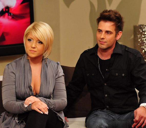A két énekes a TV2 stúdiójában adta elő a közös, Ez még csak a kezdet című dalt.
