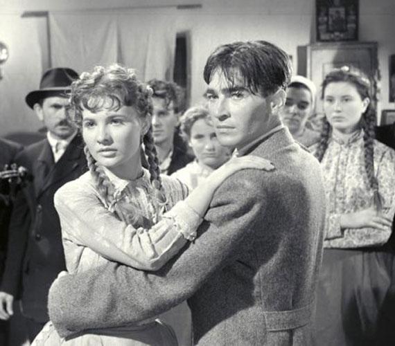 Törőcsik Mari csak a minap árulta el, hogy a Körhinta forgatásán egymásba szerettek filmbéli partnerével. Soós Imre 1957-ben feleségével együtt öngyilkos lett, de sokan állítják, több nyom is arra utalt, nem önkezével vetett véget az életének.