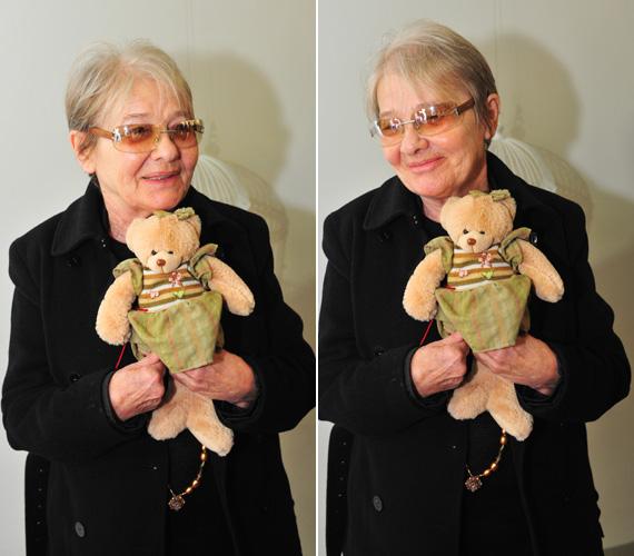 Törőcsik Mari azt a mackót ajánlotta fel, amelyet kórházi kezelése során kapott Makk Károly filmrendezőtől.