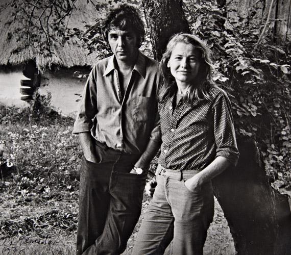 """Egy 1976-ban készült képen harmadik férjével, Maár Gyula rendezővel, aki 2013 decemberében hunyt el. """"Ő az egyetlen ember, akit soha nem tudtam átlépni"""" - nyilatkozta rendező férjéről, akivel számos filmet forgatott, Maár 1977-ben portréfilmet is készített feleségéről."""