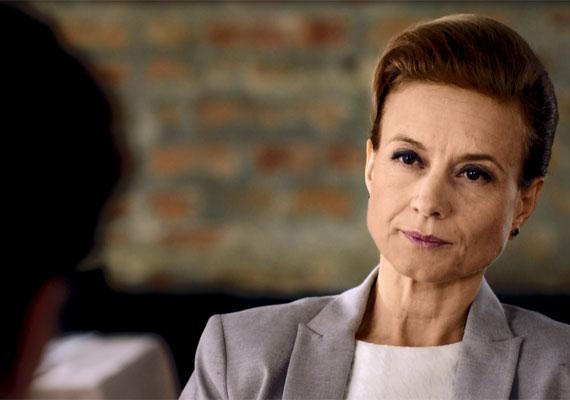 A Válótársakban egy szőrösszívű, kőkemény ügyvédnőt alakít. Kővágó Karolát Dávid Scherer Péter - fogadja fel, hogy segítsen neki a Tamara - Balsai Móni - elleni harcban.
