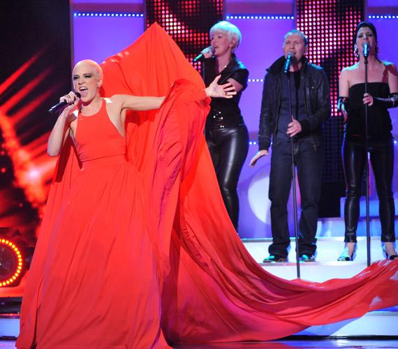 Tóth Gabi vörös ruhája attól a pillanattól kezdve vonzotta a tekinteteket, ahogy az énekesnő színpadra lépett az Eurovíziós Dalfesztivál elődöntőjében.