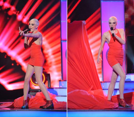 Dala előadása közben ledobta ruhája uszályszerű részét, és hirtelen egy dögös miniruhában állt a közönség előtt.