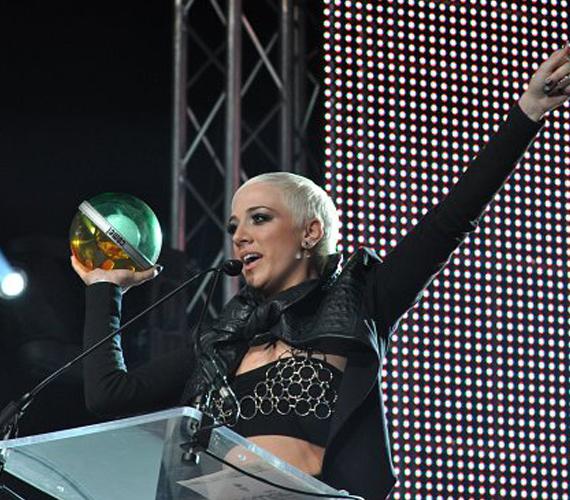 A júniusi VIVA Comet díjátadón rövidre nyírt, tejfölszőke hajjal vette át A legjobb énekesnőnek járó elismerést.