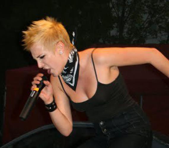A vadságáról is híres énekesnő szívesen hordta taréjszerűen a haját.