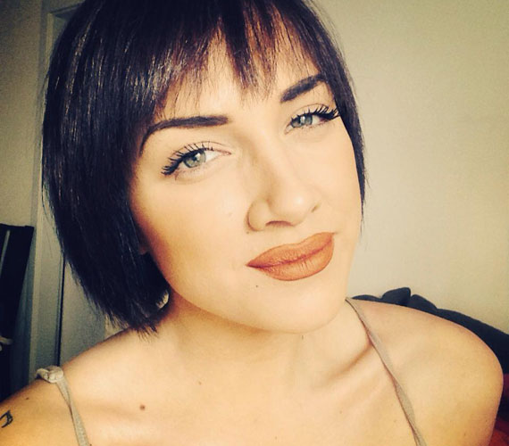 A hét elején az énekesnő megmutatta új frizuráját is. Szerinte megérte megnövesztenie. A március 20-i Glamour-gálán már hasonló fazonnal jelent meg.