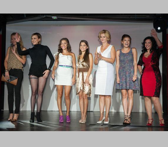 A 27 éves énekesnő egyből előtérbe került szolid ruhákba bújt versenyzőtársai - balról jobbra Wolf Kati, a Nyári lányok, Janza Kata, Csobot Adél és Baby Gaby - között.