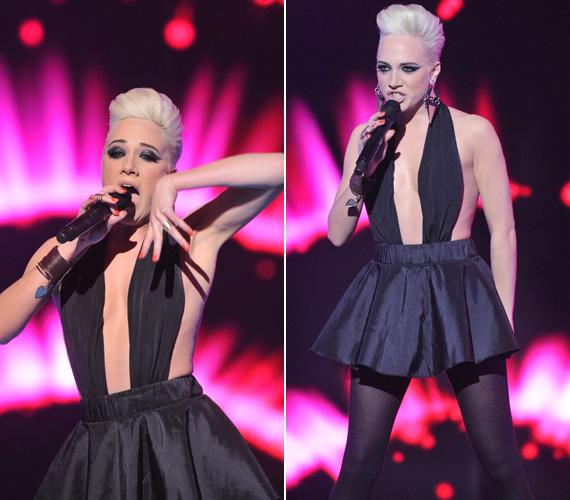 Az Eurovíziós Dalfesztivál tavalyi hazai válogatóján az énekesnő felsőtestén mindössze a melleit takarta fellépőruhája. A köztévé műsorában akkor még természetes méretű kebleivel volt látható.