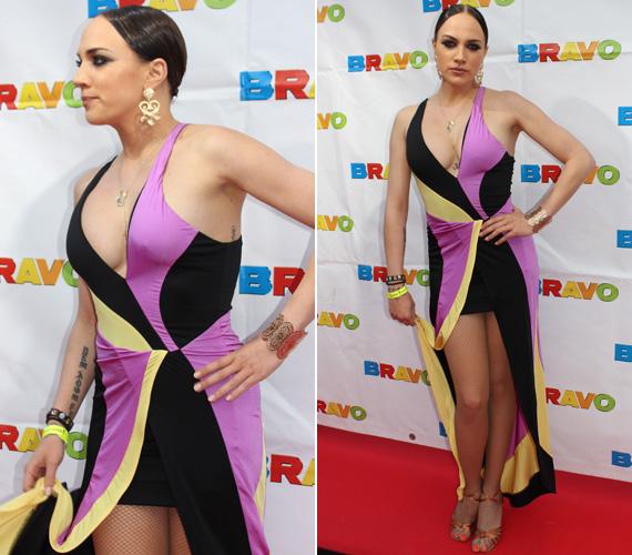 A májusi BRAVO OTTO-n ezt lila-fekete-sárga színvilágú darabot viselte - túl sokat mutatott.