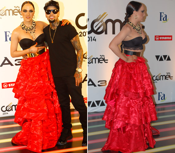 A júniusi VIVA Cometen flamencotáncosnőre hajazott. A tűzpiros, sok-sok fodorból álló szoknyát egy melltartónak beillő felsőrész billentette egyensúlyba, az arany öv és a nagyméretű nyakék pedig kellett, hogy feldobja a megjelenését.