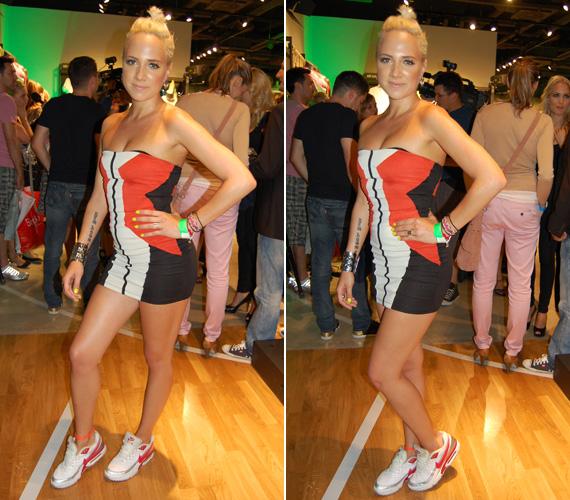 Piros mintával díszített fehér sportcipőt húzott a piros-fekete-fehér, pánt nélküli miniruhához.