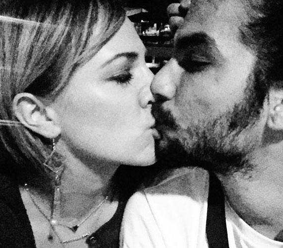 Tóth Gabi az Instagram-oldalára posztolta a fotót, amin csókot vált új szerelmével, a Tha Shudras együttesből ismert Trap kapitánnyal, vagyis Molnár Tiborral.