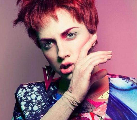 Az X-Faktor női mentora vörös hajjal - sok kommentelő szerint a fotó jól sikerült, de a képen látható nő nem az igazi Tóth Gabit mutatja.