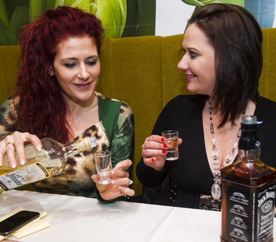 A stábtagok Tenessee whiskey-vel és mexikói tequilával koccintottak, és a táncparkett sem maradt üresen az este folyamán.