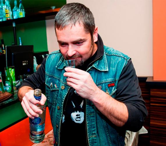 Minden év végén közös vacsorával és hatalmas bulival ünnepel a Jóban Rosszban csapata, a képen Tóth Roland kóstolgatja a finom italokat.