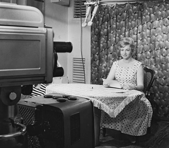 Lénárd Judit (1928-1970) pályafutását színésznőként kezdte, a színpadon több darabban is bizonyított, mielőtt bemondóvá vált. Kellemes hangja és a klasszikus értelemben vett úrinői tartása miatt hamar megkedvelték az emberek, Spánn Gábor kollégája visszaemlékezése szerint még az is visszafogta magát a környezetében, aki egyébként nem fukarkodott a csúnya szavakkal. Betegségéről sem beszélt senkinek, ám még mielőtt az elhatalmasodhatott volna a testén, önként vetett véget életének 42 éves korában.