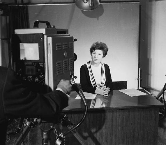 Tamási Eszter (1938-1991) színésznőnek készült, de 1957-ben mégis a bemondó munkánál kötött ki. Nemcsak ebben a státuszban dolgozott, hanem műsorvezetőként is - a Táncdalfesztivál és az Iskolatelevízió mellett ő volt az Önök kérték kívánságműsor háziasszonya, de meselemeze is jelent meg. Lánya, Krisztina 1965-ben született. Tamási Eszter szervezetét is a rák támadta meg, 53 éves korában győzte le végleg.