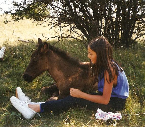 Nórával édesanyja, Papadimitriu Athina szerettette meg a lovakat - gyermekkorától kezdve minden nyarat egy tanyán töltött, ahol sok ló volt.