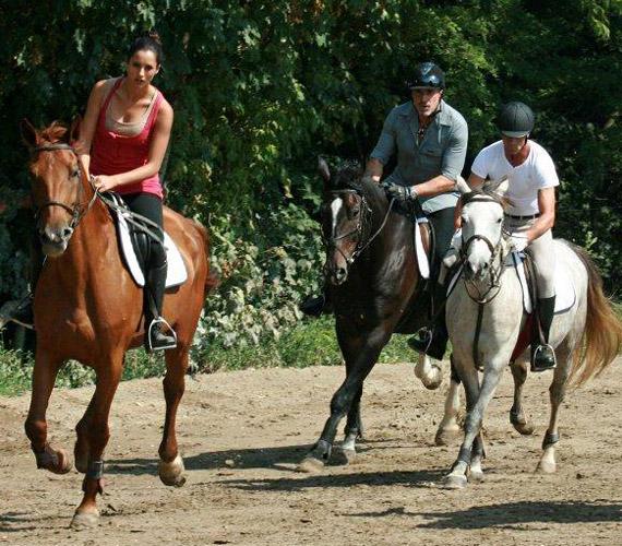 Trokán Nóra rutinos lovasnak számít, édesapja, Trokán Péter mégis aggódik, nehogy valami baja essen.