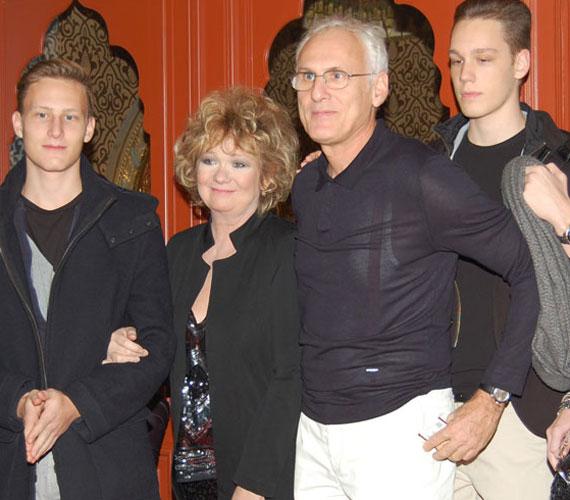 Básti Juli és férje, Puskás Tamás színész, rendező, színházigazgató ritkán látott fiaikkal, a 18 éves Samuval és a 16 éves Dáviddal.