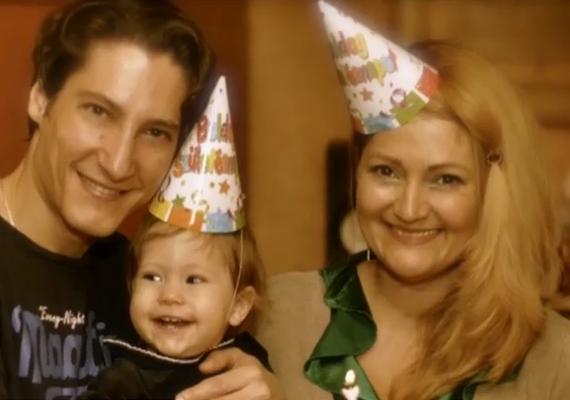Gajdos Attila feleségével és kislányával. Az apuka elmondása alapján a kis Viki kimondottan szereti a zenét és sokat táncol.