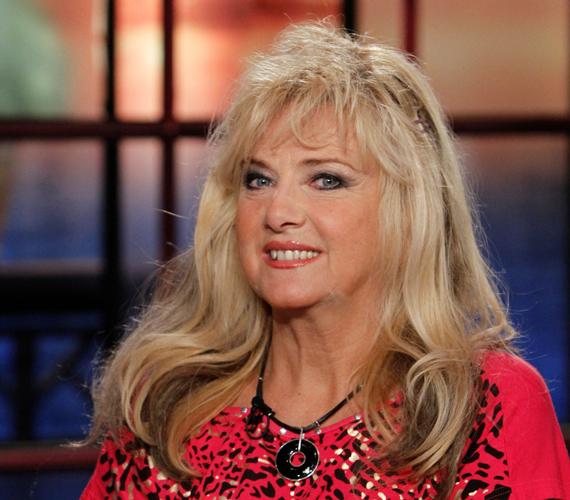 Az egykori popénekesnő, Karda Bea kitűnően tartja magát még 62 évesen is, sőt, a merész ruhákat sem veti meg.