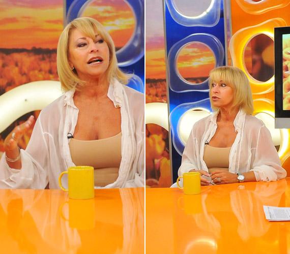 A nemzetközi hírű bűvész-előadóművész bézsszínű topot viselt a műsorban. Fölé egy fehér inget vett, amit nem gombolt be.