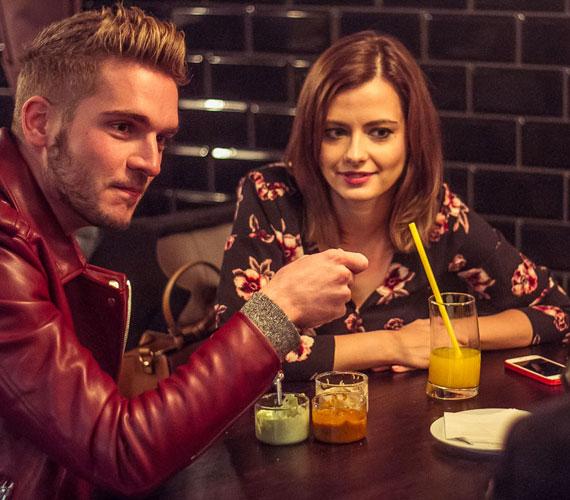 Lola és vőlegénye ugyan szakítottak augusztus végén, de az este folyamán remekül érezték magukat egymás társaságában, végigkóstolták a franciás étterem menüjét.