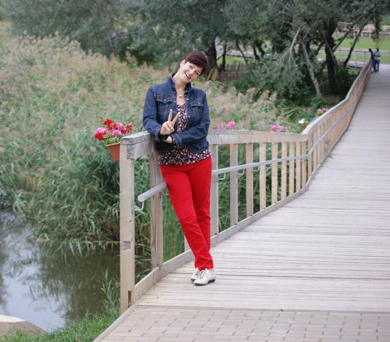 Vágó Piros a természet lány ölén igyekszik kipihenni a munka fáradalmait.