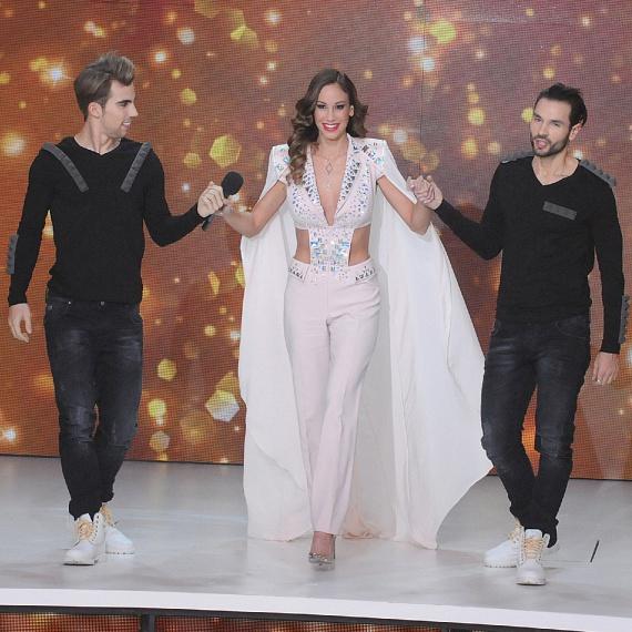 A nagyszabású show színpadára két táncos kísérte Andy Vajna feleségét, hogy biztonságban leérjen a lépcső aljára.
