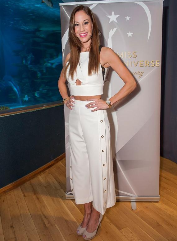 Vajna Tímea, a Miss Universe Hungary licencének tulajdonosa egy rafináltan kivágott, hófehér ruhában jelent meg a szépségverseny döntőseinek sajtóbemutatóján.