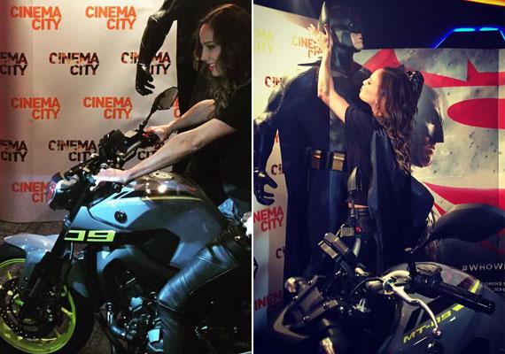 Vajna Timi férjével érkezett a Batman Superman ellen című film premierjére. Bőrszerkójához már csak egy motor és maga Batman hiányzott.