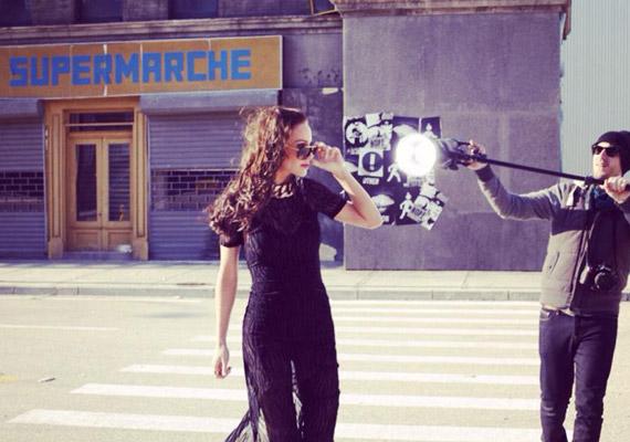 Egy New York-i utcát formázó díszletben pózolt a fotósnak.