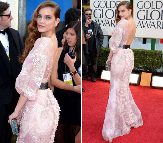 A 20 éves sztár is egy, a hátát szabadon hagyó estélyiben volt látható - a Chanel 2012-13 őszi-tavaszi haute couture kollekciójának egy rózsaszín, csipkés darabjában.