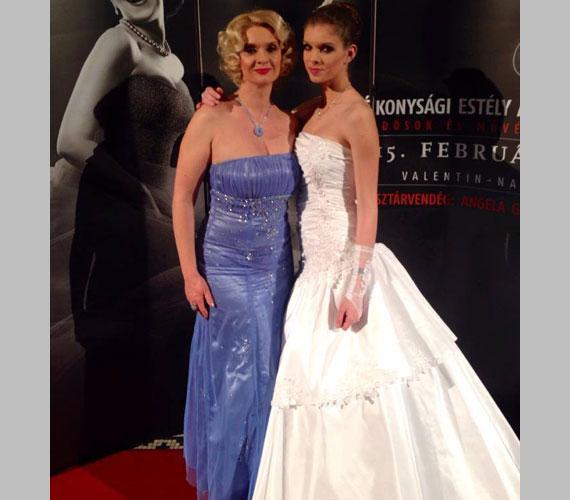 Janza Kata színésznő gyönyörű lányával, a 16 éves Jankával állt a fotósfal elé.