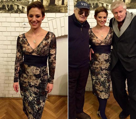 Szinetár Dóra ebben e testhezálló, virágos ruhában Müller Péter Sziámival és Szakcsi Lakatos Bélával lépett fel a Zalai kanapé című talkshow-ban.