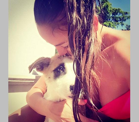 """""""Soha ne bántsd az állatokat! Pici mentett kutyusom már napról-napra jobban érzi magát, ma egész nap a kertben játszottunk"""" - tényleg cuki a kutyus, de Vajna Tímea a melleivel eltereli róla a figyelmet."""