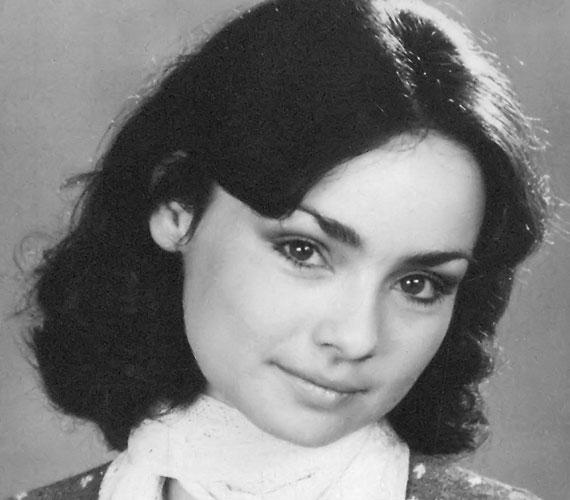 Szerencsi Éva színésznő több filmben szerepelt, ám legismertebb alakítása talán Vitay Georgina volt a Szabó Magda regénye alapján készült, Abigél című, négyrészes tévésorozatban. 2004-ben, 52 évesen hunyt el, miután három évig küzdött a rákkal.