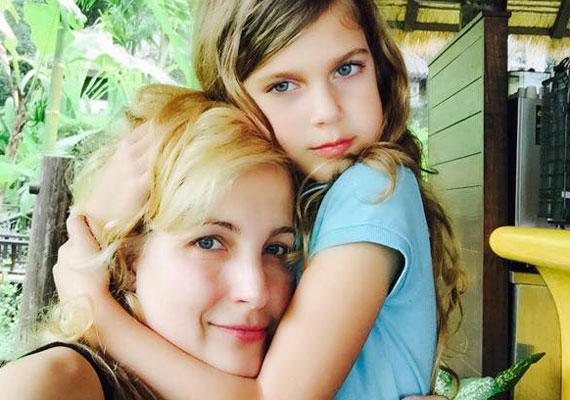 Várkonyi Andrea kislánya, a lassan nyolcéves Nóri édesanyjára ütött, ez a nyaralásukról posztolt közös fotójukon nagyon szembetűnő. Még több kép itt »