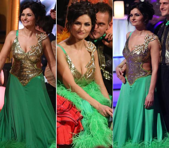 Nemcsak a zöld-arany ruha hát- és oldalkivágása vonzotta a tekinteteket, a színésznő dekoltázsa is figyelemfelkeltő volt.
